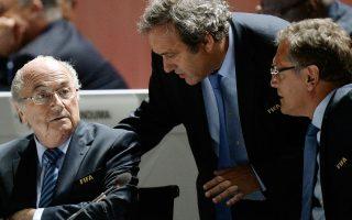 ο μεγαλύτερο πλήγμα στη σύγχρονη ιστορία του δέχθηκε το παγκόσμιο επαγγελματικό ποδόσφαιρο, καθώς τέθηκαν σε διαθεσιμότητα οι επικεφαλής της FIFA και της UEFA, Ζεπ Μπλάτερ (αριστερά) και Μισέλ Πλατινί (κέντρο), αλλά και ο γενικός γραμματέας της πρώτης, Ζερόμ Βάλκε (δεξιά), με τις εκλογές της FIFA να έχουν ορισθεί για τις 26 Φεβρουαρίου 2016.