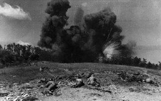 Εκρηξη βόμβας ναπάλμ σε οχυρώσεις του Δημοκρατικού Στρατού από την Αεροπορία, με το Πεζικό έτοιμο να εφορμήσει. Υψώματα Τσάγκος και Καραούλι, Γράμμος, Αύγουστος 1949.