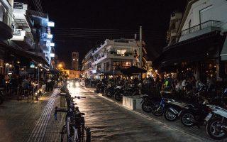 Η οδός Αιμιλίου Βεάκη στο Περιστέρι έχει μετατραπεί τα τελευταία 3-4 χρόνια σε σημείο εξόδου και διασκέδασης για τους κατοίκους των δυτικών προαστίων, με αρκετά καλαίσθητα και οικονομικά μαγαζιά.
