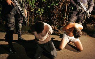 Σκηνή βίας στο Ελ Σαλβαδόρ από σύλληψη μελών συμμορίας. Η απόγνωση και οι απέλπιδες προσπάθειες για μετανάστευση από τη Λατινική Αμερική έχουν βασική αιτία την εκτόξευση της εγκληματικότητας.