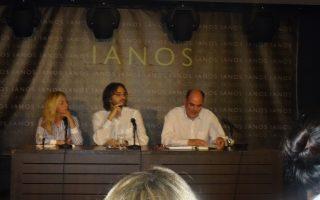 Ο συγγραφέας Γιώργος Ν. Πολίτης (μέσον) με τον βουλευτή Επικρατείας της Ν.Δ. Θ. Φορτσάκη και τη δημοσιογράφο Οντίν Λιναρδάτου.