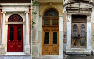 Νεοκλασική είσοδος σε κτίριο του Μεσοπολέμου. Ερμού 9, Σύνταγμα. Μία από τις πόρτες της ιδιωτικής οικίας, Μητροπόλεως και Νίκης. Η πόρτα στο γωνιακό σπίτι, Σαλαμίνος και Παραμυθίας. Μεταξουργείο.