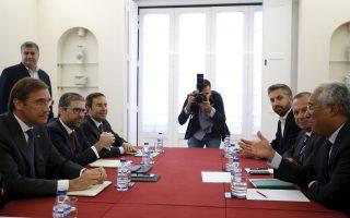 Ο πρωθυπουργός Κοέλιο με τον ηγέτη των Σοσιαλιστών Αντόνιο Κόστα, στην πρώτη τους συνάντηση στη Λισσαβώνα.