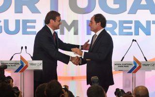 Οι δύο ηγέτες του κεντροδεξιού συνασπισμού, Πάσος Κοέλιο (αριστερά) και Πάουλο Πόρτας, αλληλοσυγχαίρονται μετά την οριστικοποίηση της εκλογικής νίκης τους.