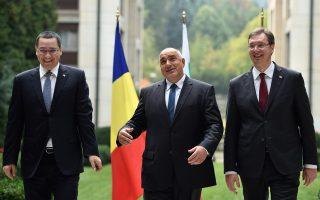 Ο Βούλγαρος Πρωθυπουργός, Μπόικο Μπορίσοφ (Κ), μαζί με τους ομολόγους του της Ρουμανίας, Βίκτορ Πόντα (Α) και της Σερβίας, Αλεξάντερ Βούτσιτς (Δ).