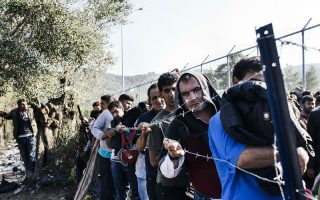 Πρόσφυγες περιμένουν να καταγραφούν στη Μόρια της Λέσβου.
