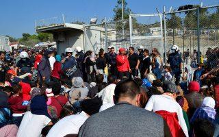 Πρόσφυγες περιμένουν να ταυτοποιηθούν στο Κέντρο Καταγραφής Μεταναστών και Προσφύγων στη Μόρια Λέσβου.