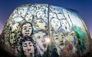 Kομμάτι του πρωτότυπου Τείχους του Βερολίνου, όπως αυτό φιλοξενείται στο Πέτερσντορφ της Γερμανίας.