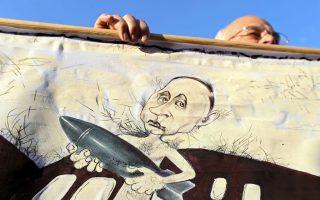 Αφίσα κατά του Πούτιν στη διάρκεια αντιπολεμικής διαδήλωσης στο Μινσκ της Λευκορωσίας. Εξίσου εχθρικό πάντως στην προοπτική άμεσης εμπλοκής της Μόσχας στη Συρία είναι το κλίμα και στη Ρωσία.