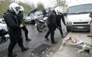 Αστυνομικοί της ομάδας ΔΙ.ΑΣ. αποθέτουν λουλούδια στο σημείο όπου δύο συνάδελφοί τους έχασαν τη ζωή τους από τα πυρά κακοποιών έπειτα από καταδίωξη στην περιοχή του Ρέντη.