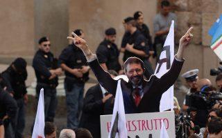 Διαδήλωση κατά του Μαρίνο για το σκάνδαλο με τα γεύματα αξίας 20.000 ευρώ που χρέωσε στον δήμο.