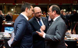 O Αλ. Τσίπρας συνομιλεί με τον πρόεδρο του Ευρωκοινοβουλίου Μάρτιν Σουλτς και τον Γάλλο πρόεδρο Φρανσουά Ολάντ στο περιθώριο της Συνόδου της Ε.Ε. για το προσφυγικό, στις Βρυξέλλες.