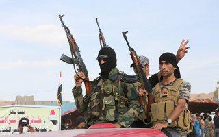 Σουνίτες μαχητές συνδράμουν τις ιρακινές δυνάμεις ασφαλείας στην απελευθέρωση του Ραμάντι από αντάρτες του Ισλαμικού Κράτους.