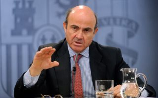 Σύμφωνα με τις προβλέψεις της Ευρωπαϊκής Επιτροπής, η Μαδρίτη δεν θα καταφέρει να πιάσει τους στόχους για το δημοσιονομικό έλλειμμα τόσο το 2015 όσο και το 2016. Από την πλευρά του, ο Ισπανός υπουργός Οικονομικών Λουίς ντε Γκίντος εμφανίστηκε βέβαιος για την επίτευξη των στόχων τόσο για το 2015 όσο και το 2016, χωρίς τη λήψη πρόσθετων μέτρων.