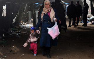 Μια γυναίκα με το παιδί της διασχίζουν τα σύνορα Σερβίας-Κροατίας στο χωριό Μπερκάσοβο.