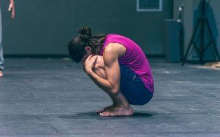 Η Λίντα Καπετανέα, απόφοιτος της Κρατικής Σχολής Χορού και πρώην χορεύτρια της κορυφαίας ομάδας σύγχρονου χορού του Βιμ Βαντεκέιμπους.