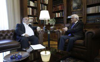 O Πρόεδρος της Δημοκρατίας  Προκόπης  Παυλόπουλος (Δ)  συνομιλεί με τον Πρόεδρο της Βουλής Νίκο Βούτση (Α) κατά τη διάρκεια της συνάντησής τους στο Προεδρικό Μέγαρο, στην Αθήνα, την Τετάρτη 07 Οκτωβρίου 2015. ΑΠΕ-ΜΠΕ/ΓΙΑΝΝΗΣ ΚΟΛΕΣΙΔΗΣ