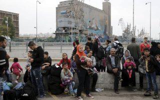 Πρόσφυγες που μόλις έχουν φτάσει στο λιμάνι του Πειραιά λίγο πριν συνεχίσουν το ταξίδι τους προς τα βόρεια σύνορα. Τις τελευταίες πέντε ημέρες έχουν καταγραφεί 43.000 αφίξεις αλλοδαπών στα ελληνικά νησιά.