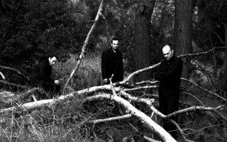 Οι τρεις πρωταγωνιστές της μουσικής παράστασης του Θέμελη Γλυνάτση, «Ταξίδι το χειμώνα».
