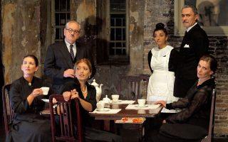Σκηνή από το έργο «Ελάτε σ' εμάς για έναν καφέ» σε σκηνοθεσία Βασίλη Νικολαΐδη.