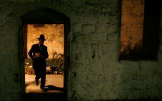 Φωτογραφία αρχείου δείχνει υπερορθόδοξο Εβραίο στον τάφο του Ιωσήφ στη Ναμπλούς, που πυρπολήθηκε χθες από Παλαιστίνιους προκαλώντας την απερίφραστη καταδίκη του Μαχμούτ Αμπάς.