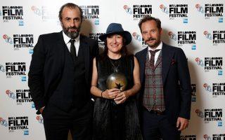 Στη φωτογραφία, η σκηνοθέτις απεικονίζεται ανάμεσα σε δύο από τους πρωταγωνιστές της, τον Πάνο Κορώνη (αριστερά) και τον Γιώργο Πυρπασόπουλο. Σελ. 12
