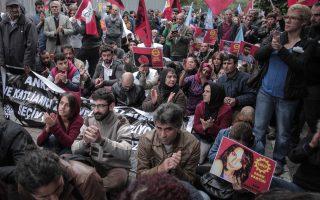 Ακτιβιστές σε καθιστική διαδήλωση στην Κωνσταντινούπολη, αφού εμποδίστηκαν από την αστυνομία να πραγματοποιήσουν πορεία για να τιμήσουν τα θύματα της πολύνεκρης επίθεσης στην Αγκυρα.