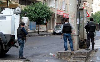 Μέλη των ειδικών αντιτρομοκρατικών δυνάμεων της τουρκικής αστυνομίας στη διάρκεια της χθεσινής, αιματηρής επιχείρησης στο Ντιγιάρμπακιρ της νοτιοανατολικής Τουρκίας.