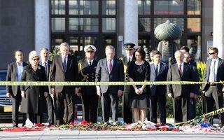 O Τούρκος πρόεδρος Ταγίπ Ερντογάν και ο Φινλανδός ομόλογός του, Σαουλί Νιινίστο, παρίστανται σε τελετή μνήμης στο σημείο της διπλής επίθεσης στην Αγκυρα.