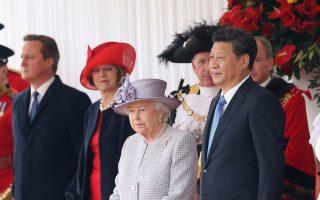 Η βασίλισσα Ελισάβετ, ο πρωθυπουργός Κάμερον και άλλοι επίσημοι κατά την υποδοχή του Σι Τζινπίνγκ στο Λονδίνο.