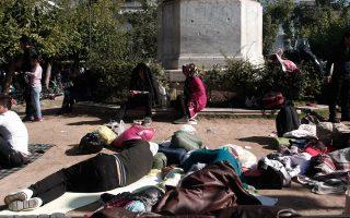 Χθες, περίπου 1.500 μετανάστες που έφτασαν με πλοία το πρωί στον Πειραιά πέρασαν από την πλατεία.