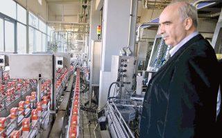 Στο βλέμμα του διακρίνουμε την ευαρέσκειά του για την εύρυθμη λειτουργία της βιομηχανικής παραγωγής...