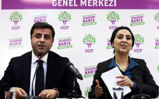Οι ηγέτες του φιλοκουρδικού κόμματος HDP Σ. Ντεμιρτάς και Φ. Γιουγκσεντάκ σε συνέντευξη Τύπου.
