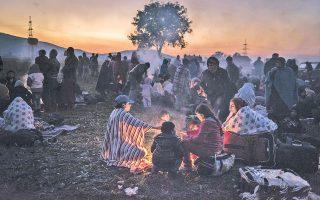 Φωτιά άναψαν για να κατασκηνώσουν και να ζεσταθούν οι πρόσφυγες κοντά στην Ντομπόβα της Σλοβενίας.