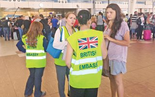Σε απόγνωση βρίσκονται οι Βρετανοί τουρίστες που έχουν καθηλωθεί στο Σαρμ Ελ Σεΐχ μετά την απαγόρευση των πτήσεων μεταξύ του αιγυπτιακού θερέτρου και της Βρετανίας. Υπάλληλοι της βρετανικής πρεσβείας, που βρίσκονται από την πρώτη στιγμή στο αεροδρόμιο, τους πληροφορούσαν πως ακόμα και όταν αποχωρήσουν δεν θα μπορέσουν να πάρουν μαζί τις αποσκευές τους, αλλά μόνο τη χειραποσκευή τους.