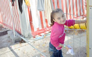 Νεαρό κορίτσι περιμένει σε στρατόπεδο διέλευσης στο Σάλτσμπουργκ της Αυστρίας. Είναι αμφίβολο εάν πραγματικά μπορούν να σταλούν πίσω στις χώρες τους δεκάδες χιλιάδες άνθρωποι σε σύντομο χρονικό διάστημα, σχολιάζουν τα διεθνή Μέσα.