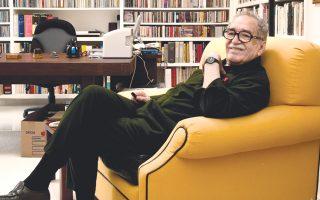 Ο Γκαμπριέλ Γκαρσία Μάρκες  (1927-2014) στη βιβλιοθήκη του σπιτιού του, φωτογραφημένος από τον Δημήτρη Γέρο. Δίπλα του ζωγραφικός πίνακας του Δ. Γέρου.
