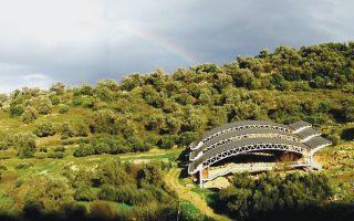 Ουράνιο Τόξο χαιρετίζει τον αρχαιολογικό χώρο της Ελεύθερνας, πάνω από τη νεκρόπολη με το στέγαστρο, στο πανέμορφο τοπίο Κρήτης. (Αρχείο Ανασκαφής)