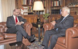 «Η Ελλάδα φυλάσσει τα σύνορα της Ευρώπης και αυτά πρέπει να τα προστατεύσουμε μαζί στην προσφυγική κρίση, με πρώτο τον Ανθρωπο». Ο Πρόεδρος της Δημοκρατίας κ. Προκόπης Παυλόπουλος αποτείνεται στον πρόεδρο του Ευρωπαϊκού Κοινοβουλίου κ. Martin Schulz στο Προεδρικό Μέγαρο, χθες. (Φωτο ΑΠΕ - Μπελτές, 4/11/2015)