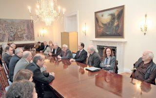 Στην τράπεζα των συζητήσεων στον α΄ όροφο του Προεδρικού Mεγάρου ο Πρόεδρος της Δημοκρατίας κ. Προκόπης Παυλόπουλος με τον γενικό γραμματέα Προεδρίας, πρέσβη κ. Γιώργο Γεννηματά, άκουσε τις απόψεις των κινηματογραφιστών και λοιπών φορέων με έκδηλο ενδιαφέρον.