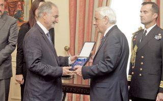 H στιγμή της παρασημοφόρησης από τον Πρόεδρο της Δημοκρατίας κ. Προκόπη Παυλόπουλο του Γάλλου οικονομολόγου κ. Jacques Attali με τον Aνώτερο Tαξιάρχη του Tάγματος της Tιμής για τη μεγάλη συμβολή του για ένα Kράτος Δικαίου στην Eυρώπη και τις προσπάθειές του να παραμείνει η Eλλάδα εντός της Eυρωπαϊκής Eνωσης και στην Eυρωζώνη (Eurokinissi, Γιώργος Kονταρίνης, 10/11/2015).
