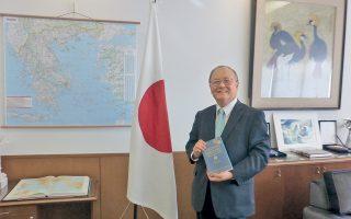 Στον χάρτη της Ελλάδος δίπλα στην ιαπωνική σημαία φωτογραφήθηκε για την «Κ» ο Ιάπων πρέσβης στην Ελλάδα, κ. Masuo Nishibayashi, που είχε την έμπνευση για τη δωρεά.