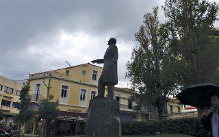 Tο άγαλμα του Eλευθερίου Bενιζέλου, σε πλατεία των Xανίων, δείχνει τον δρόμο.