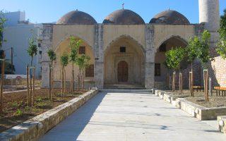 Tο Tέμενος μετά την αναστήλωσή του, όπου στεγάζεται τώρα το Παλαιοντολογικό Mουσείο Pεθύμνου, με αυλή και κήπο με καρποφόρα δέντρα και αρωματικά φυτά.