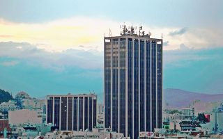 Το συγκρότημα του Πύργου Αθηνών, έργο των αρχιτεκτόνων Ι. Βίκέλα και Ι. Κυμπρίτη, ξεπροβάλλει μέσα από τον πολεοδομικό χυλό της πρωτεύουσας.