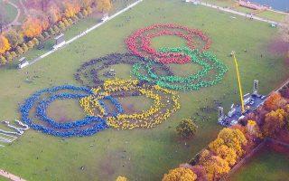 Στο πάρκο Στάντπαρκ του Αμβούργου, οι υποστηρικτές του «ναι» σχημάτισαν τους ολυμπιακούς κύκλους προκειμένου να βγάλουν μία αεροφωτογραφία. Την ώρα του... κλικ, οι φίλοι του «όχι» έγραψαν με λευκή μπογιά τη λέξη «No», το οποίο έγινε «Now» άμεσα από φίλους του «ναι» ντυμένους στα λευκά...