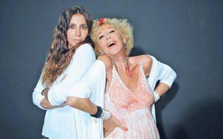 Mητέρα και κόρη, Zωή Λάσκαρη – Mαρία-Eλένη Λυκουρέζου, στην κωμωδία «Nύφη Kουράγιο» κρατούν τους ρόλους πεθεράς και νύφης.