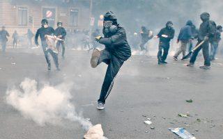 Οι πέντε νεαροί αντεξουσιαστές συνελήφθησαν, δυνάμει διεθνών ενταλμάτων, για συμμετοχή στα επεισόδια της 1ης Μαΐου στο Μιλάνο, κατά τη διάρκεια της διεθνούς έκθεσης «Expo Milano 2015». Την επομένη των ταραχών είχαν προσαχθεί συνολικά 14 Ελληνες από τις ιταλικές αρχές.