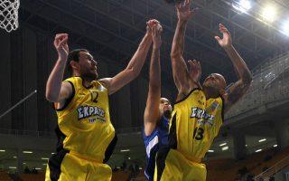 Ο Μαρκ Κάρτερ παίκτης της ΑΕΚ (Δ) και ο  Ελόι Βάργκας παίκτης της Καβάλας (Α) διεκδικούν την μπάλα κατά τη διάρκεια του αγώνα Basket league μεταξύ των ομάδων της ΑΕΚ και της Καβάλας στο Ο.Α.Κ.Α. Σάββατο 7 Νοεμβρίου 2015. Τελικό σκορ ΑΕΚ - Καβάλα 80-72. ΑΠΕ/ΜΠΕ ΣΠΥΡΟΣ ΧΟΡΧΟΥΜΠΑΣ ΑΠΕ ΜΠΕ/ΑΠΕ ΜΠΕ/ΣΠΥΡΟΣ ΧΟΡΧΟΥΜΠΑΣ