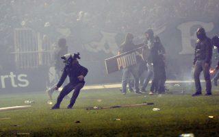 """Επεισόδια σημειώθηκαν μεταξύ φιλάθλων και αστυνομικών πριν την έναρξη του ποδοσφαιρικού αγώνα Παναθηναϊκού- Ολυμπιακού, για την 11η αγωνιστική του πρωταθλήματος της Super League, στο Στάδιο """"Απόστολος Νικολαΐδης"""" στην Αθήνα, Σάββατο 21 Νοεμβρίου 2015. Ο διαιτητής του αγώνα αποφάσισε ότι δεν θα διεξαχθεί ο αγώνας για λόγους ασφαλείας. ΑΠΕ-ΜΠΕ/ ΑΠΕ-ΜΠΕ/ ΠΑΝΑΓΙΩΤΗΣ ΜΟΣΧΑΝΔΡΕΟΥ"""